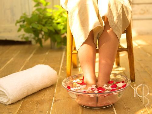 盐水泡脚治百病,几点钟泡脚最补肾